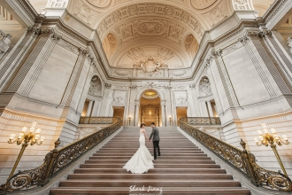 你和妳,是否曾經夢想著一起環遊世界? 我知道,有些夢想一輩子就該追求一次, 相信我,讓你們的愛情成為旅途上最美的風景!  SJ Wedding 鯊魚影像團隊是一個專業拍攝海外婚紗與海外婚禮的團隊,目前已拍攝過以下世界各地城市:  紐約/New York,費城/Philadelphia,巴爾的摩/Baltimore,紐澤西/New Jersey,康乃爾/Cornell ,洛杉磯/Los Angeles,舊金山/San Francisco,聖地牙哥/San Diego,西雅圖/Seattle,密西根/Michigan,夏威夷/Hawaii,東京/Tokyo,京都/Kyoto,沖繩/Okinawa,北海道/Hokkaido,上海/Shanghai,蘇州/Soochow,關島/Guam,巴里島/Bali,長灘島/Boracay,法國/France,英國/United Kingdom ,香港/Hong Kong,澳門/Macau,馬來西雅/Malaysia,陸續增加中!  拍過許多國家,跑過不少城市,把我們的經驗分享給大家,希望未來有想要到海外婚紗拍攝的新人朋友,可以有一點方向。  新人在規劃海外自助婚紗拍攝前有幾點可以先做功課的:(想要包套不想動腦只想拿到一樣照片的請跳過這篇直接去韓國拍吧)  規劃地點:地點會關係到價錢,說到這裡通常幻想已經破滅一半了,畢竟口袋深度決定旅行距離,因為越遠的國家機票費用越貴,歐美的機票通常三到五萬,亞洲的機票通常一到兩萬,在預算內找自己喜歡的國家是首要考量。  規劃月份:因為不同國家因為緯度關係有不同的季節變化,例如美國紐約可拍攝的月份大約是從5~10月氣候比較適合不會太冷,例如想拍北海道的雪景就要挑會下雪的月份,其實這準備工作就跟自助旅行一樣,要先做好功課,不是所有月份都是適合拍攝的季節,當然若你們不怕冷就不在這個限制了。  規劃請假:請假通常是新人最難克服的原因之一,其實可以搭配一些週末,請前後幾天就串成一個連假了,或者搭配國定假日的連假也可以把請假天數降低,還有一招就是先把婚假拿來用,蜜月跟婚紗一起進行,這可以說是最划算的做法了,總之假期有了一切就好辦了,要不然只能在台灣一日遊了。  規劃預算:來談談最實際的問題「預算」,以下幾項會決定最後花費的高低,包含:「機票」,「住宿」,「當地交通」,「餐飲」,「攝影師造型師費用」,「禮服西服費用」。  在做好功課之後,可以開始找尋你們的旅伴摟:  找攝影師:若已經做好以上功課,再來就是挑選適合的攝影師,台灣有許多優秀的攝影師與造型師,每個人都有各自熟悉的拍攝地,以 SJ Wedding 為例,攝影師鯊魚對於美國各城市,紐約,舊金山,LA,夏威夷及歐洲:法國,有相對成熟的拍攝經驗。而攝影師Anker則對日本線:沖繩,東京,輕井澤...更加熟悉!好的攝影師通常檔期很滿,要準備規劃一定要提早(半年~一年)。  找造型師:除非你們有信任的造型師在當地,要不然自己帶有經驗的造型師去海外拍較保險,畢竟海外拍攝的花費都願意花了,造型的費用真的不要省,以免後悔。  找禮服:去海外拍攝強烈建議不要找太重太誇張的禮服,一來行李很重,二來其實在海外時常要走路移動很不方便,可以找些材質輕便的禮服。也記得禮服租借天數的問題,SJ Wedding 配合的禮服廠商有針對我們的客戶提供海外拍攝五天的租借期。  接著的準備工作就跟籌備旅行一樣:  訂機票:我們常用的訂機票網站「Skyscanner」。  訂住宿:我們常用的定住宿飯店網站「Agoda」&「Airbnb」。  當地交通:可以預先下載好地圖APP,我們有用「Maps.me」&「Google Maps」  辦簽證  規劃景點