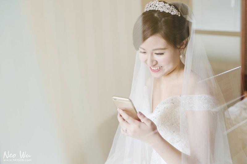"""那一天在婚禮的舞台上, 聽到了一個純真的男孩對女孩和大家說了一個故事: """"記得我們剛交往一個禮拜的時候, 妳就後悔了, 可是那個時候我不肯放棄, 就向妳要求說, 能不能給我再一個月的時間再給我一次機會, 讓妳重新喜歡上我。 結果一個月過去了,我們還在一起, 一直到現在快七年了。 我想,把你重新追回來, 是我這輩子做過最美好的事情。""""  現場一堆人都感動到哭了,我也是。 昶淵你真的好man!!! 帥!爆!了!  我想愛情最美的地方不是過程有多浪漫, 而是有一個真心愛你的人陪你一起度過每個時光就夠了。  婚攝:Neo Wu+陳囿竣 儀式場地:長榮桂冠酒店 宴客場地:民生晶宴會館"""