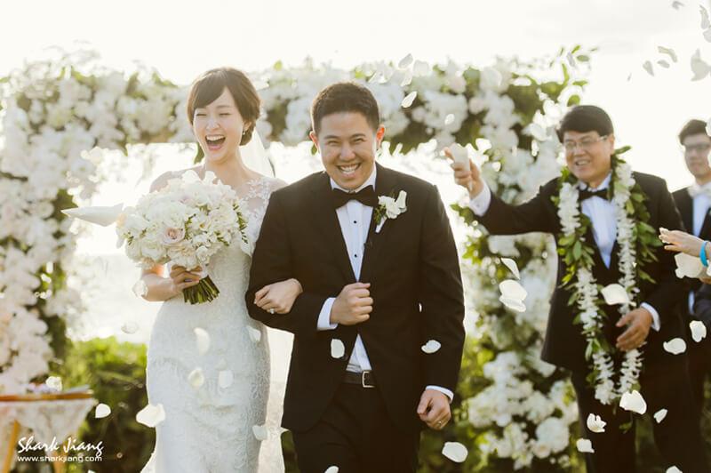 婚禮紀錄的價值  婚禮攝影跟婚紗攝影是不同的概念,我們希望在婚禮當天保留婚禮紀錄的真正價值:『真,善,美』,  婚禮的感動時刻稍縱即逝無法重來的,一輩子只有一次,當天過了就只剩下禮金簿與漸漸消失的回憶,  也許是新娘害羞的表情,新郎期盼的神情,父母不捨的淚水,賓客開心的笑顏,這些畫面是最美好的回憶,  我們喜歡紀錄幸福時光,拍攝當天新人沒有注意到的畫面,讓你們多年後回味照片時還能深深感動,  婚禮攝影不單單只是紀錄,而是用相機留下當天的溫度,呈現你和妳當天的婚禮故事。