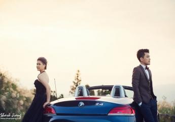 跑車婚紗照 自主/自助婚紗的特色在於新人可以與攝影師溝通喜歡的拍攝風格與拍攝場地,如此更可以讓婚紗更具獨特性而非單調普通千篇一律。拍婚紗,是很多女孩必完成的夢想,男生通常都是一個可移動裝飾品的角色,食之無味棄之可惜。  But,自主婚紗最厲害就是這個But,我們可以讓男生不再僅僅只是一個構圖中的色塊,照片裡的散景。 男生們,就讓我們把心愛的小老婆一起帶入鏡頭裡吧!無論是那台陪著你上下學的腳踏車、擁有環島回憶的摩托車或是辛苦打拼努力工作換來0-100km只要4秒的心愛跑車,都可以成為婚紗照裡的特殊元素喔~  就讓我們來看看SJ Wedding鯊魚影像團隊曾經拍攝過的小老婆婚紗吧!