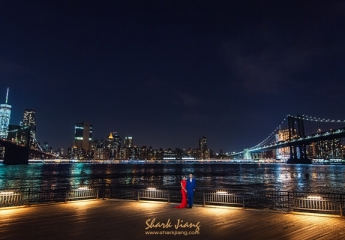紐約布魯克林Dumbo(Down Under the Manhattan Bridge Overpass)指的是曼哈頓橋延伸到布魯克林區橋下的一整片區域(點我看地圖)。以前是個工廠區,所以建築風格是紅磚工業風建築與石板路構成,後來成為許多藝術家進駐的地方,各種特色店鋪也進駐,可以看到藝廊、劇院、藝術工作室與書店唱片行。  河邊有兩個公園「Empire Fulton Ferry State Park」 & 「Main-street Park」,公園左邊看過去是布魯克林大橋,右邊是曼哈頓大橋,這裡也是觀看曼哈頓天際線絕佳的好地方, 河岸的午後時光到傍晚是個適合拍照的時段,公園內有一個「Jane's Carousel」旋轉木馬,是一個將近百年歷史的旋轉木馬,也成為這裡的著名地標,若時間充裕待到晚上這裡的夜景也是無敵厲害!真的時間很多也可以走上布魯克林大橋體驗一下橋上的視野,近距離體驗橋樑的設計感跟紐約的風景。  附近有兩家有名的Pizza店「Grimaldi's Pizzeria」&「Juliana's Pizza」,逛累了可以去排隊吃Pizza !  若你是走文青路線也想要去紐約,可以9月底前往,除了機票比較便宜,還有機會遇到Dumbo的藝術節喔!